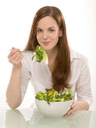 Peki, Volumetrik Diyet'in sırrı ne? Bu diyet prensibinin en tepesinde bol su içeren gıdalar var. Su bilindiği gibi, hacim tutuyor ve dolayısıyla tokluk hissini yaratıyor. Taze meyve - sebze, çorbalar, sulu yemekler karnı hızla doyuruyor ama yüksek kaloriler içermiyor. İkinci sırada İse lifli gıdalar var. Lifli gıdalar, su içeren gıdalarla birleştiğinde şişiyor ve mideyi dolduruyor. Üstelik hazmı da kolaylaştırıyor. Su, su, su... Diyet yaparken en fazla tüketmeniz gereken şey, kesinlikle su! Bunu artık hepimiz biliyoruz. Çünkü su, mideyi doldurarak açlık duygusunu bastırıyor. Üstelik O kalori! Ancak yeni araştırmalar, suyun başka marifetleri de olduğunu ortaya koydu: